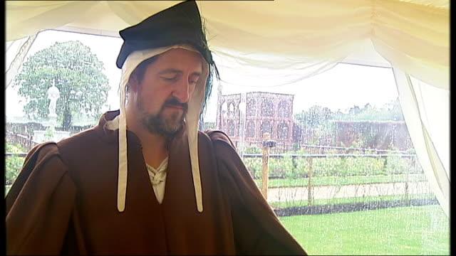 vídeos y material grabado en eventos de stock de general views of kenilworth castle int man in elizabethan costume drumming in marquee long gvs of castle and grounds - castillo kenilworth