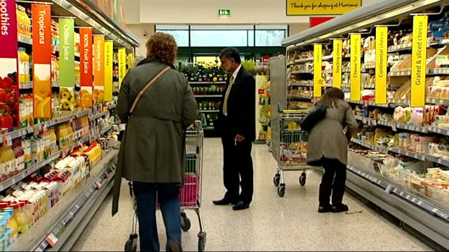 vídeos y material grabado en eventos de stock de general views of morrisons supermarket; england: hertfordshire: morrisons supermarket: int customer with shopping trolley browsing items on... - vista general