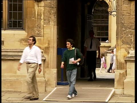vídeos y material grabado en eventos de stock de general views of oxford; ext general views of bodleian library courtyard / latin sign above library entrance / college library exterior library... - pembroke
