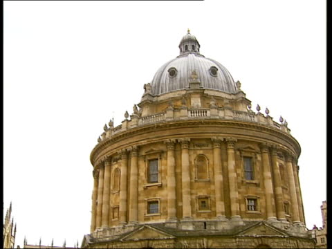 general views of oxford ext radcliffe camera the bodleian library / passersby in front of the radcliffe / college buildings on radcliffe square /... - radcliffe camera stock videos and b-roll footage