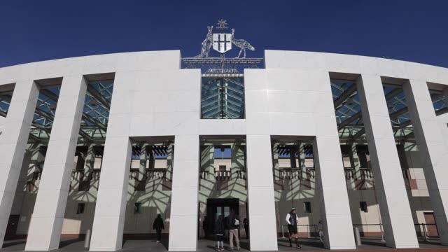 general views of parliament house on july 9, 2020 in canberra, australia. - parlamentsgebäude regierungsgebäude stock-videos und b-roll-filmmaterial