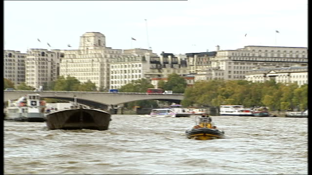 vidéos et rushes de boats and tracking shots along river tracking shot along river past houses of parliament and big ben / front view of habour master steering boat /... - fleuve tamise