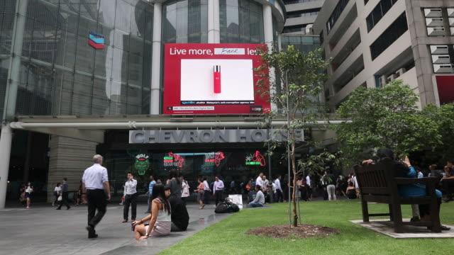 stockvideo's en b-roll-footage met general views of skyline and inside media center for usnkorea summit in singapore on tuesday june 12 2018 - elektronisch reclamebord