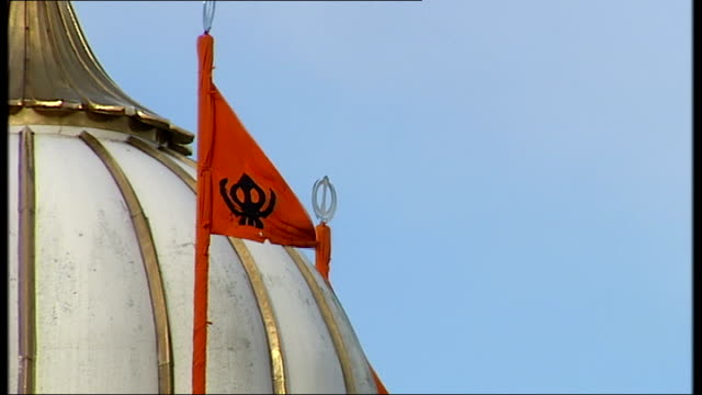 vídeos y material grabado en eventos de stock de general views of smethwick; 'trinity street' road sign / double decker bus along road / flags flying on dome of sikh temple / bus along / double... - bare tree