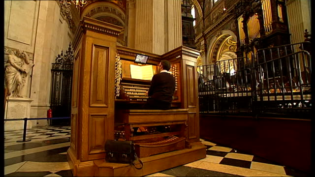 vídeos de stock e filmes b-roll de general views of st paul's cathedral; back view of man playing organ sot - cathedral