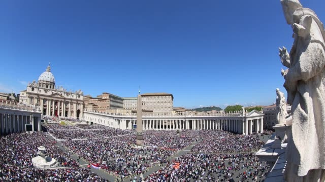 stockvideo's en b-roll-footage met broll general views of st peter's square as pope francis holds easter mass at st peter's square on april 20 2014 in vatican city vatican - sint pietersplein