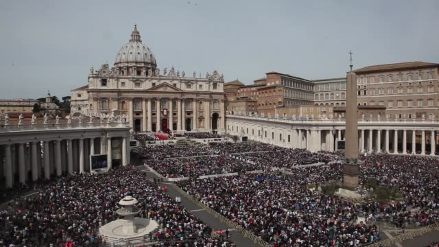 atmosphere general views of st peter's square as pope francis leads palm sunday mass on april 13 2014 in vatican city vatican - ヴァチカン市国点の映像素材/bロール