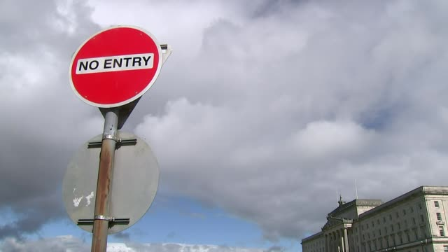 general views of stormont northern ireland belfast stormont estate ext sign 'no entry' / wide shot of stormont parliament buildings cloudy sky... - ストーモント点の映像素材/bロール