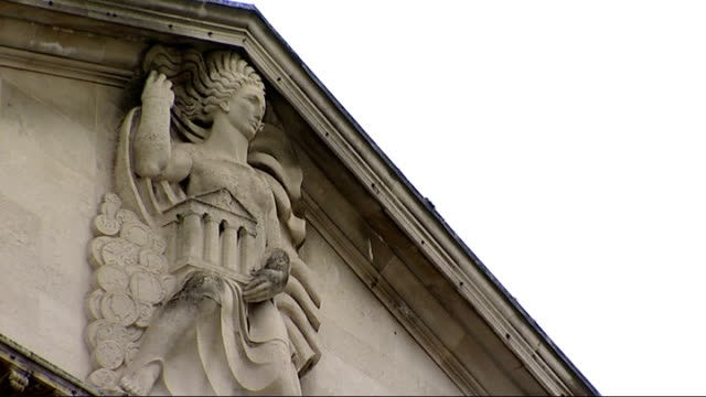 vidéos et rushes de general views of the bank of england england london ext general views of the bank of england building / statue on pediment of bank of england /... - fronton