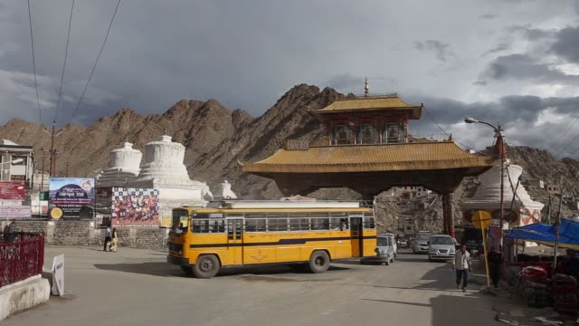 vídeos de stock e filmes b-roll de general views of the city and tourism of leh india on august 10 2015 shots shot of street level as people walk around and cars drive by similar shot... - eco tourism