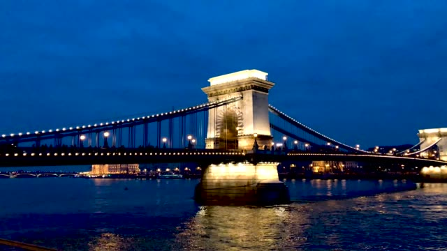 vídeos y material grabado en eventos de stock de general views of the famous szechenyi chain bridge over the past months thousands of hungarians have turned out in the streets to call for the... - puente de cadenas puente colgante
