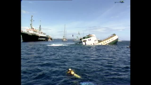 vidéos et rushes de general views of the greenpeace vessel rainbow warrior being scuttled - région du northland
