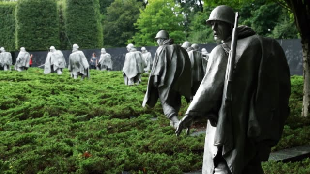 general views of the korean war veterans memorial on the national mall august 8, 2016 in washington, dc. dedicated in 1995, the memorial features 19... - monumento ai caduti monumento commemorativo video stock e b–roll