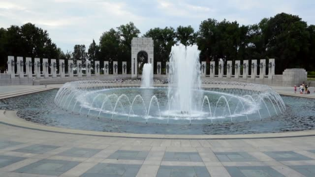 general views of the world war ii memorial on the national mall august 8, 2016 in washington, dc. dedicated in 2004, the memorial features 24 bronze... - monumento ai caduti monumento commemorativo video stock e b–roll