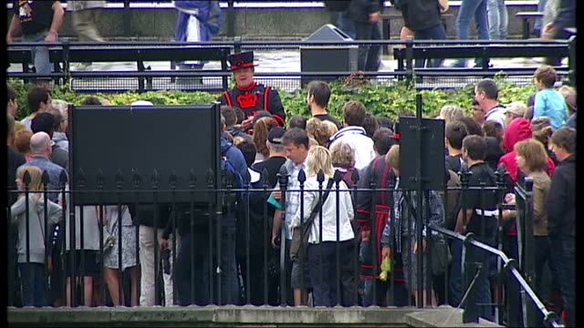 stockvideo's en b-roll-footage met general views of tower of london large medieval catapult on grass outside walls of tower of london / gv from tower of london towards river thames... - yeomen warder