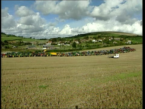 vídeos de stock, filmes e b-roll de general views of tractors in a field england sussex pyecombe ext gvs tractors along in field / line of tractors in field / tractors along in field /... - doença sexualmente transmissível