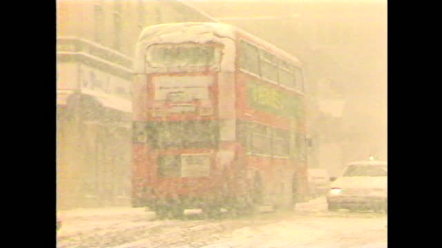 vidéos et rushes de general views of traffic in heavy snowfall during the arctic blizzards across the uk in january 1987. - écosse