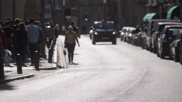 vídeos de stock, filmes e b-roll de general views pedestrians and cyclists passing along king's parade in cambridge uk on sunday oct 5 cyclists and pedestrians pass along market street... - king's college cambridge