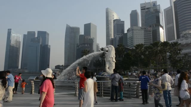 general views tourists around the merlion water fountain sculpture in merlion park close to the central business district in singapore tourists stand... - river singapore stock videos & royalty-free footage