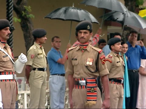 vidéos et rushes de general views two soldiers marching and shaking heads as well as exaggerated hand movements / pakistan and indian soldiers performing ceremony at... - armée de terre