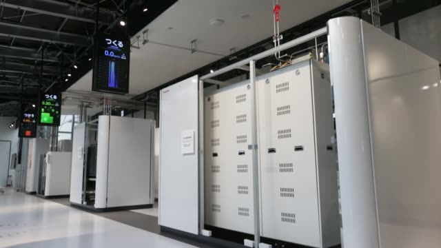 vídeos de stock, filmes e b-roll de generated hydrogen is displayed at toshiba corp's hydrogen energy research and development center stands at the company's fuchu complex in tokyo... - hidrogênio