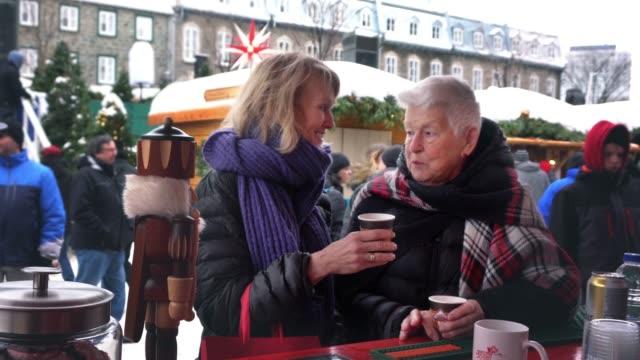 世代クリスマス ショッピングのドイツ市場冬のバー - 冷たい点の映像素材/bロール
