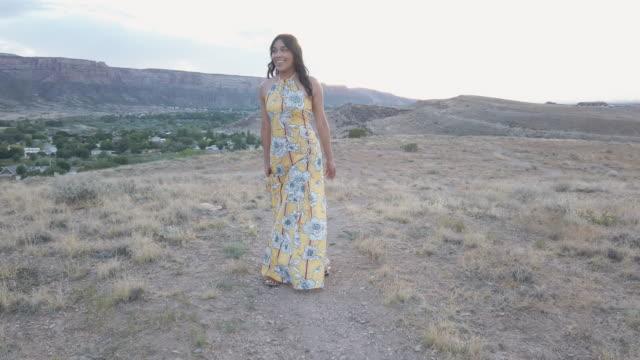 vídeos de stock, filmes e b-roll de geração z mulher vestida com um vestido de sol no deserto se divertindo no sunset 4k vídeo - generation z