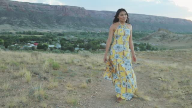 vídeos de stock e filmes b-roll de generation z female dressed in a sun dress in the desert having fun at sunset 4k video - generation z