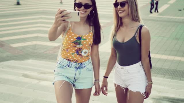 stockvideo's en b-roll-footage met generatie z tiener meisjes - stadsreis