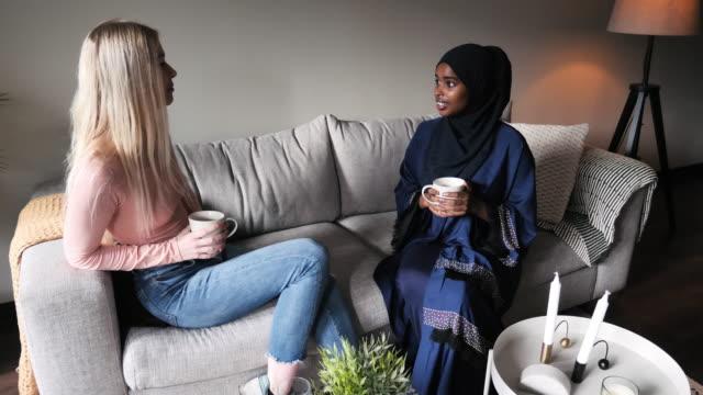 generation z kvinnor dricker kaffe och chattar - avkopplingsaktivitet bildbanksvideor och videomaterial från bakom kulisserna