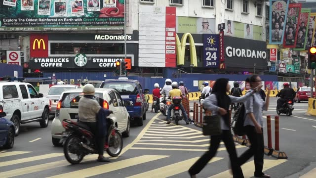 vídeos de stock e filmes b-roll de generic footage of traffic and pedestrians in kuala lumpur malaysia on september 29 2015 shots shot of people crossing the street tighter shot of... - kuala lumpur