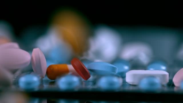 ブリスターパックの上に落ちる slo mo ジェネリック薬 - サプリメント点の映像素材/bロール