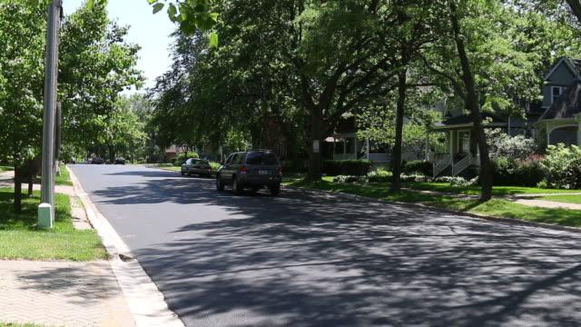 vídeos de stock, filmes e b-roll de generic suburban homes and street scene - suburban