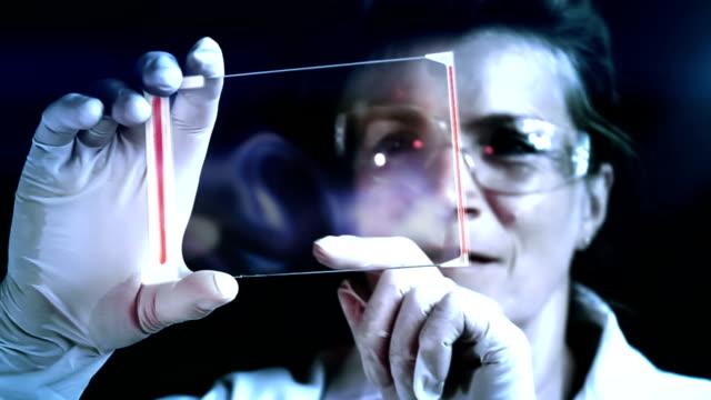 vídeos de stock, filmes e b-roll de a investigação no domínio da genética. - bolha de replicação
