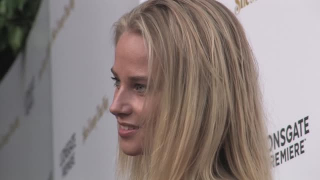 genevieve morton arrives to she's funny that way premiere at harmony gold in west hollywood at celebrity sightings in los angeles on august 19, 2015... - she's funny that way点の映像素材/bロール