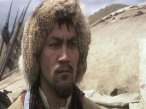vidéos et rushes de genghis khan and his soldiers watch a shaman do a war dance. - mongolie indépendante
