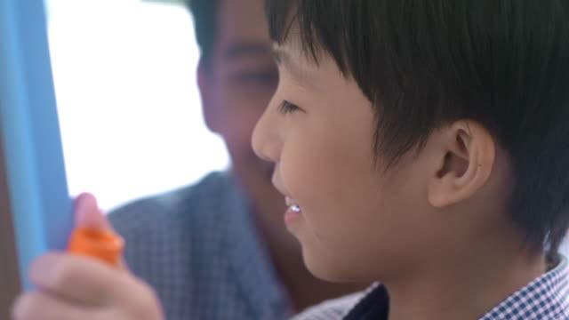 創造性を持つ天才少年、数学を学ぶ - illustration点の映像素材/bロール