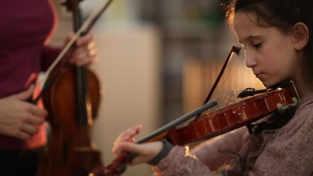 stockvideo's en b-roll-footage met genie violist - kop
