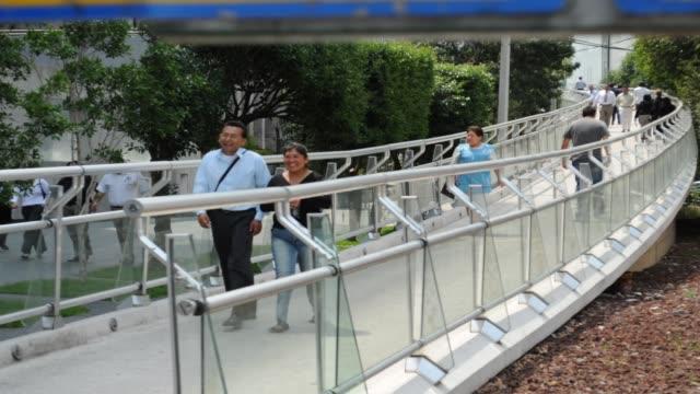 gente cruzando puente - puente点の映像素材/bロール