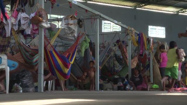 vídeos y material grabado en eventos de stock de gente sin hogar y filas de migrantes marcan la frontera de brasil con venezuela y han transformado la economia y seguridad en paracaima en el estado... - estado de roraima