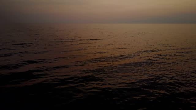 Gentle Waves onder Scarlet zonsondergang Over Oceaan