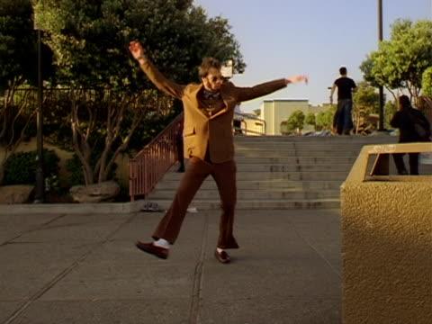 mann tanzen auf der straße 4 - tanzen stock-videos und b-roll-filmmaterial