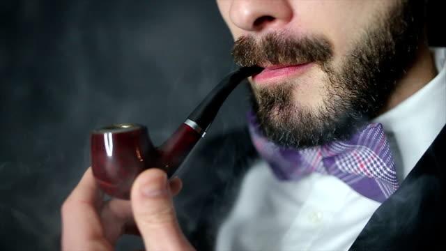 mann rauchen pfeife - schleife stock-videos und b-roll-filmmaterial