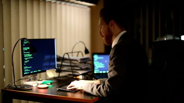 vídeos de stock e filmes b-roll de gentleman working late - nerd