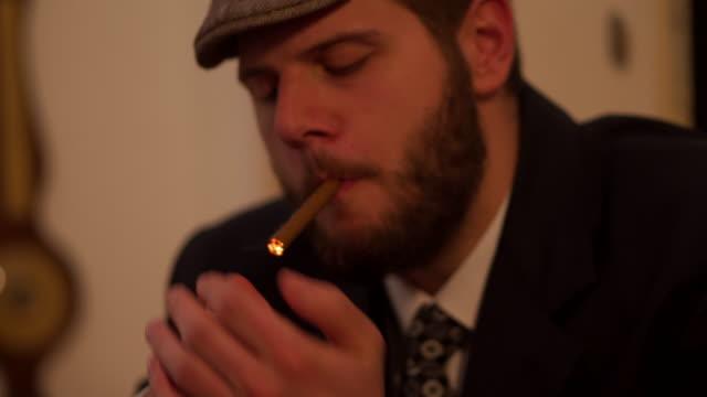 vídeos de stock, filmes e b-roll de cavalheiros jogando pôquer em cassino - 20 29 years