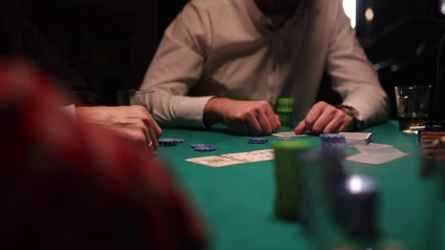 herren spielen nachts poker im dunklen raum - poker stock-videos und b-roll-filmmaterial