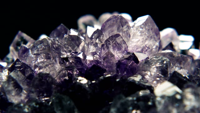 geode crystal rotation - kristalle stock-videos und b-roll-filmmaterial