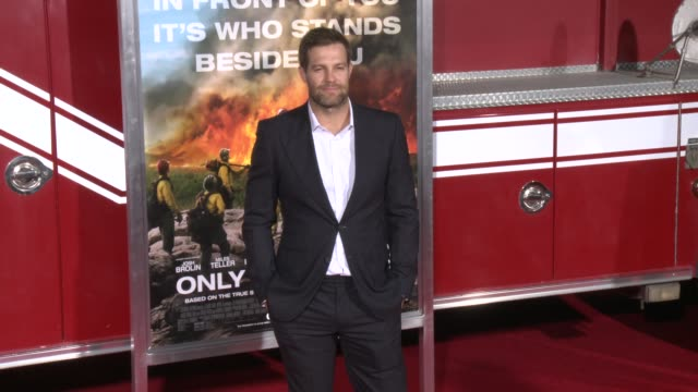 geoff stults at the only the brave premiere at regency village theatre on october 08 2017 in westwood california - only the brave 2017 film stock videos & royalty-free footage