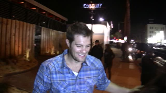 geoff stults leaving colony in hollywood at the celebrity sightings in los angeles at los angeles ca. - ジェフ スタルツ点の映像素材/bロール