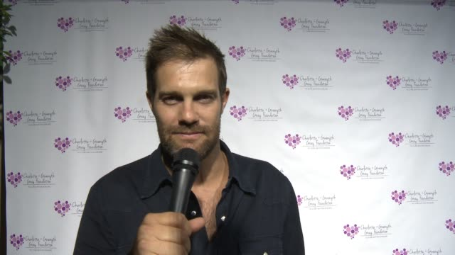 geoff stults on why he's attending the charlotte and gwenyth gray foundation to cure batten disease fundraiser on october 14, 2015 in malibu,... - ジェフ スタルツ点の映像素材/bロール